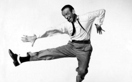 """Frederick Austerlitz (Omaha, 10 maggio 1899 – Los Angeles, 22 giugno 1987), in arte Fred Astaire, iniziò a danzare nei cabaret e nei teatri di vaudeville insieme all'inseparabile sorella, entrambi spinti da un'irrefrenabile attrazione nei confronti della danza. Il loro talento non passò inosservato. Dopo il debutto nel prestigioso teatro di Brodway, segnato dal musical """"Over the top"""", gli Astaire esplosero. Negli anni '30, Fred girò molti film con la straordinaria Ginger Rogers. La coppia è considerata tuttora un'icona del cinema. Fred è stato un ballerino indimenticabile, che ha stilizzato le danze di origine afro-americane grazie alla sua magica levità."""