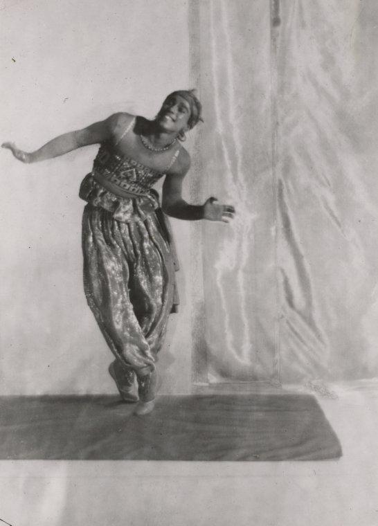 Vaslav Nijinsky (Kiev, 12 marzo 1890 – Londra, 8 aprile 1950), forse il più grande ballerino maschio di tutti i tempi, passò alla storia per la sua straordinaria capacità di sfidare la gravità con i suoi magnifici salti e per la sua capacità di interpretazione. Egli è anche ricordato per essere uno dei pochi danzatori aventi l'abilità di ballare in punta. Purtroppo non esiste alcun filmato che testimoni il suo sorprendente talento, a causa del periodo storico nel quale visse. In pochi sanno che Nijinsky soffriva di un disturbo psichico e fu assistito da prestigiosi psichiatri dell'epoca che non riuscirono, però, a curarlo con successo. Un bel giorno, il giovane recuperò parte della sua lucidità e a partire da questo momento fu capace di condurre una vita abbastanza normale fino alla morte.